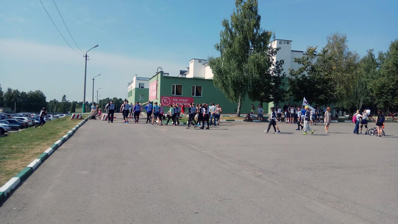 Участники выдвигаются к старту гонки