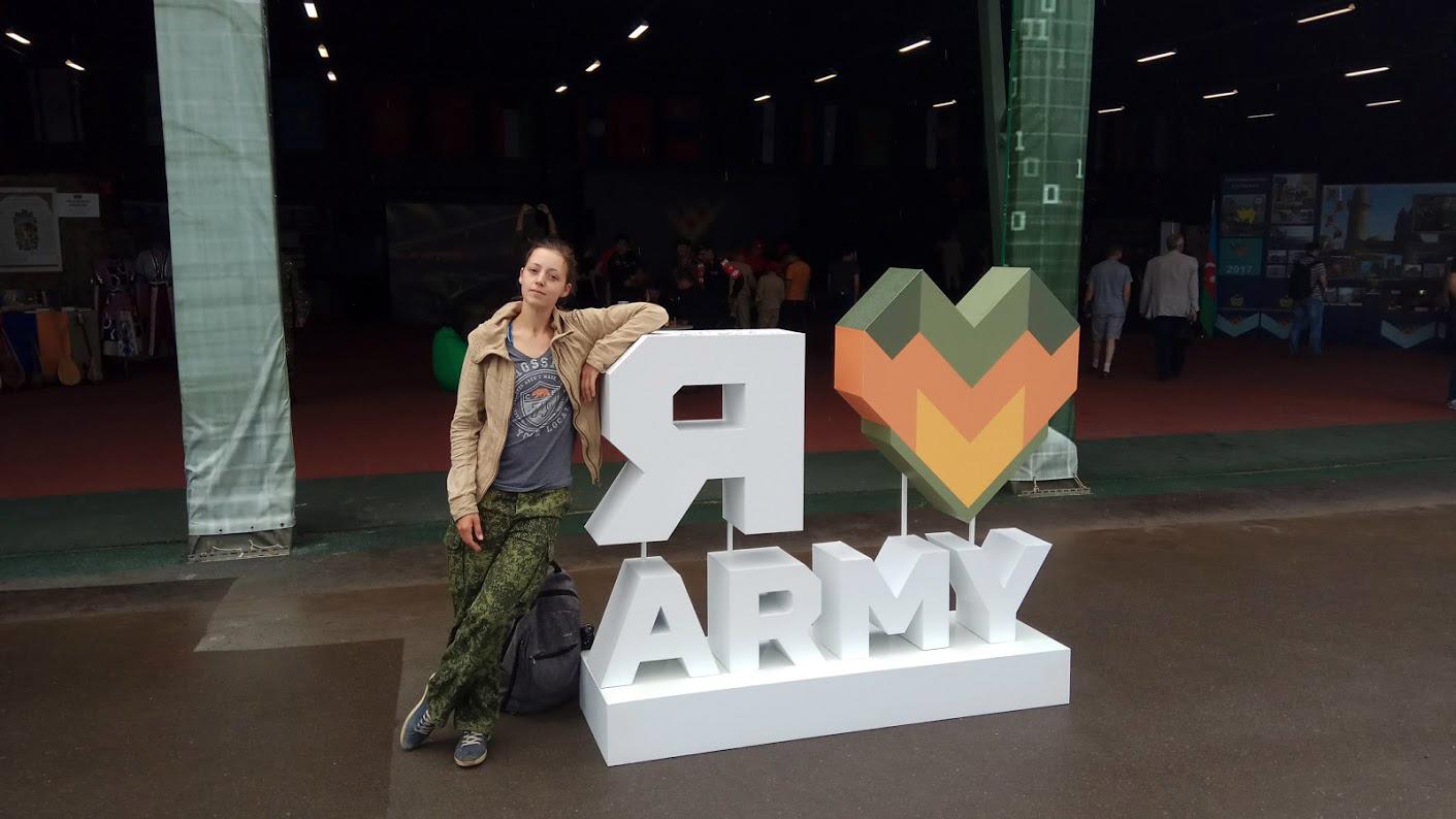 Демонстрационный павильон, а на входе - жена, любящая армию.