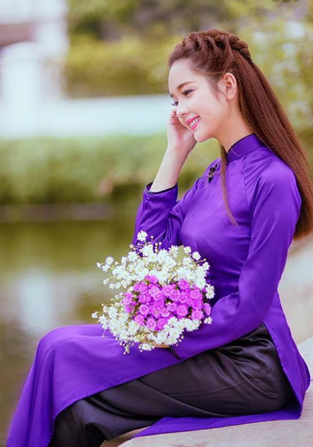 Áo ài màu tím đậm chất vải bóng phối với màu đen