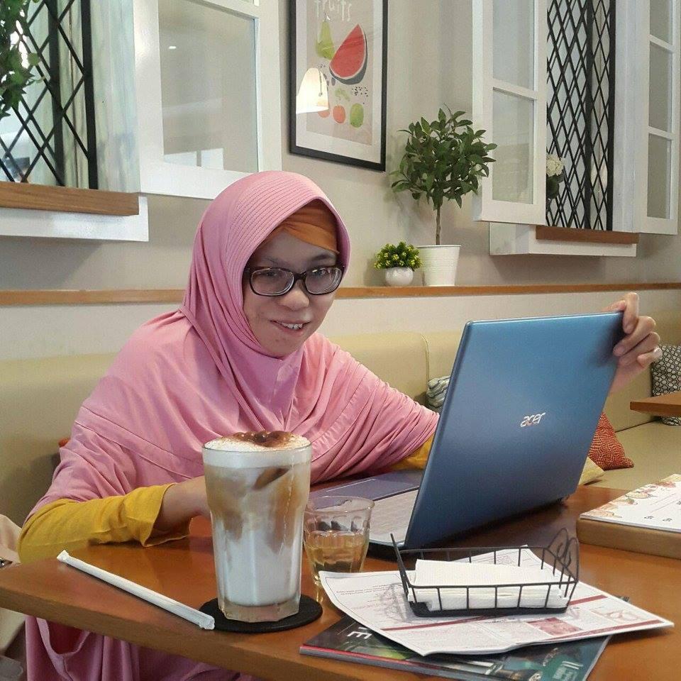 Yaya in laptop