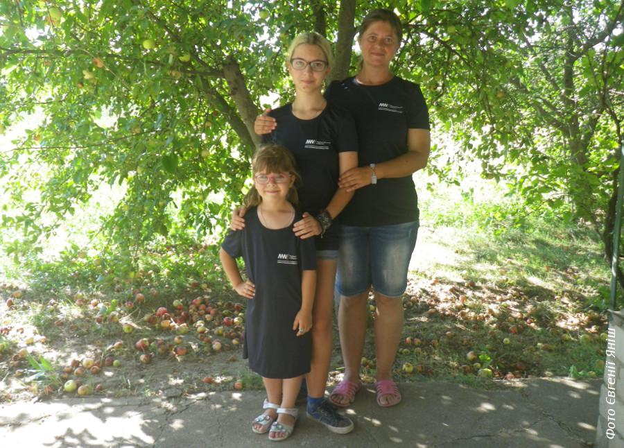 Ми у футболках польської місії, які нам подарували як учасникам спільної експедиції
