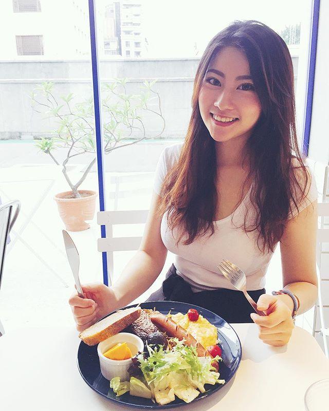 東區用餐隔壁桌正妹Julianne(高紫安)白T被撐出完美弧線