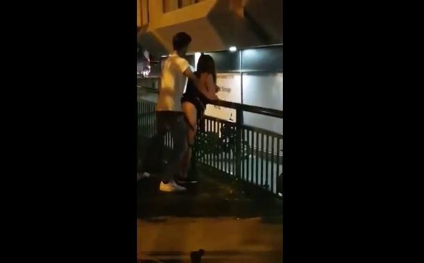 Clip: Đôi trẻ hứng tình phịch giữa đường bị chửi te tua luôn :))