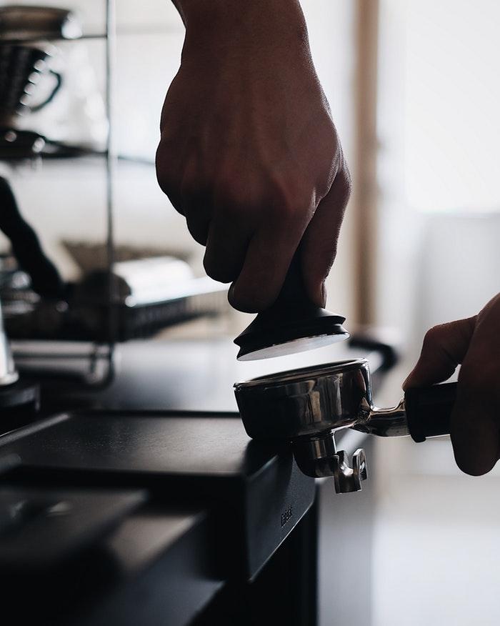 ubijanie zmielonej kawy tamperem