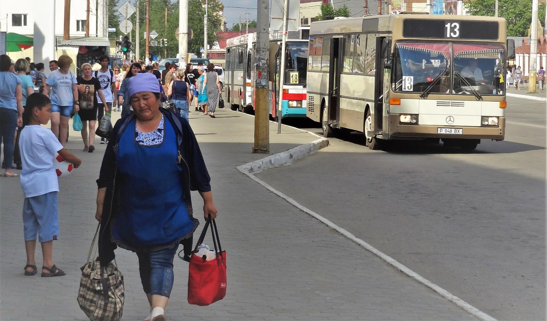 ruka-v-trusah-avtobus