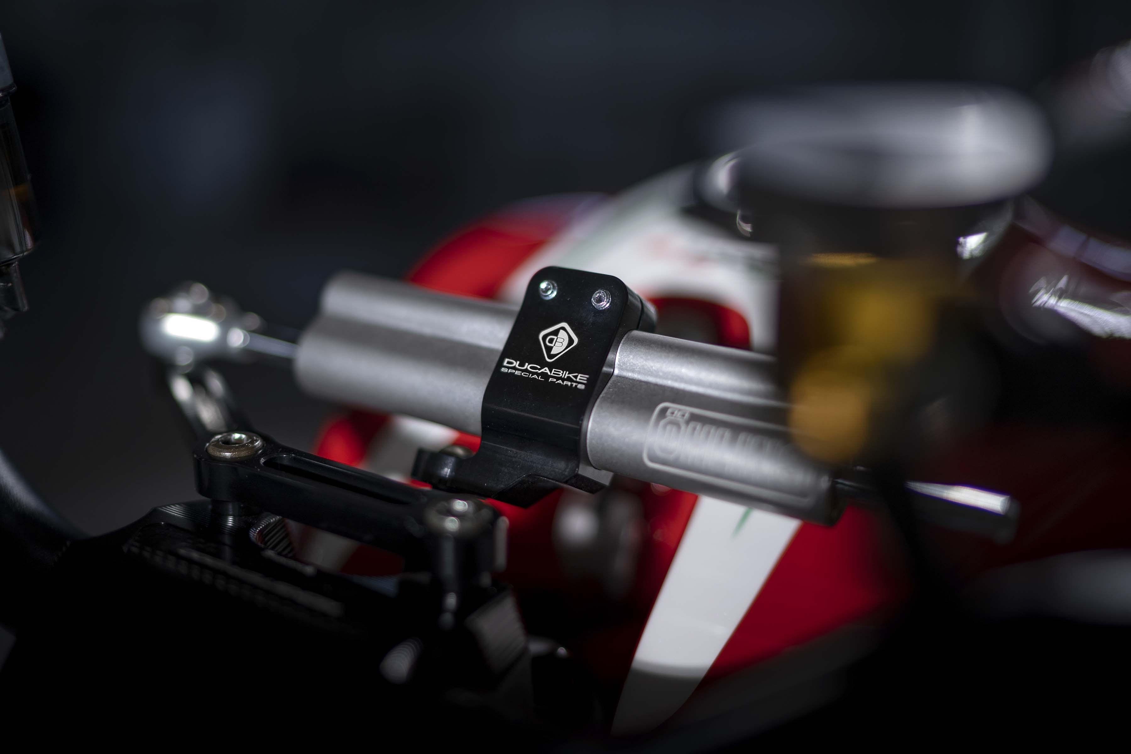 Ducati-Monster-1200-Tricolore-Motovation-04