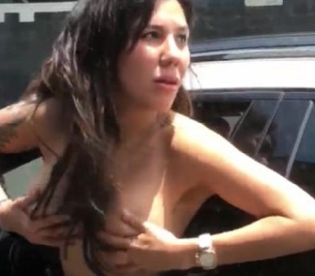 mujer_se_quita_el_brasier