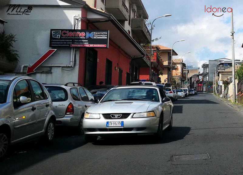 Auto Moderne - Pagina 15 Citroen_AX_Spot_1_0_50cv_98_AX064_HZ_e_Ford_Mustang_Convertible_3_8_193cv_ZA994_YH