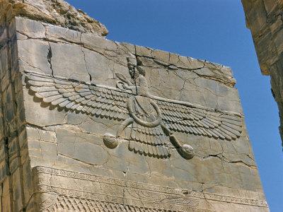 Ahura Mazda, Tuhan Yang Maha Esa. Gambarnya dipahat pada dinding batu di Farvahar. Persepolis, Iran.