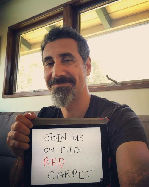 Serj Tankian participa de ação para ajudar famílias em regiões de conflito