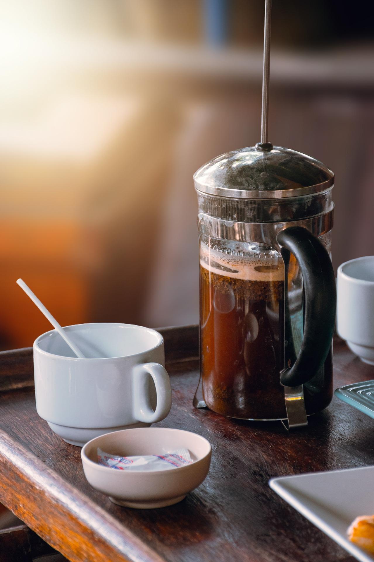parzenie kawy w french pressie