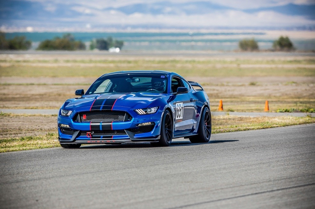 SV501_GT350_R_Buttonwillow_2_of_2.jpg