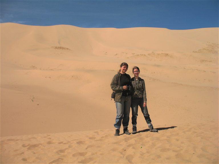 Євгенія зі старшою донькою Олександрою посеред пустелі Гобі в Монголії