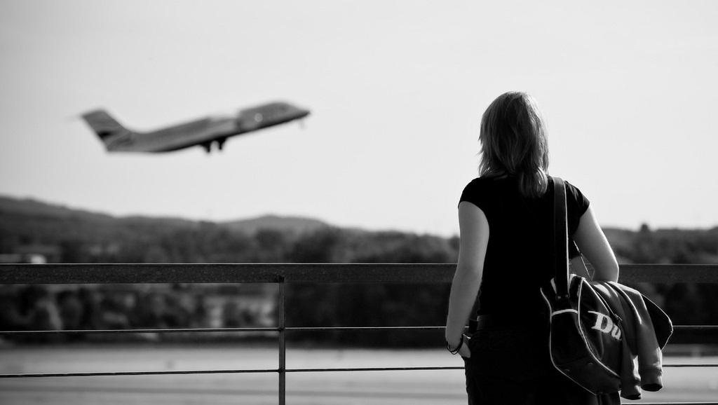 एक अती सुन्दर महिला ने विमान में किया कुछ ऐसा की उसे होना पड़ा शर्मिंदा
