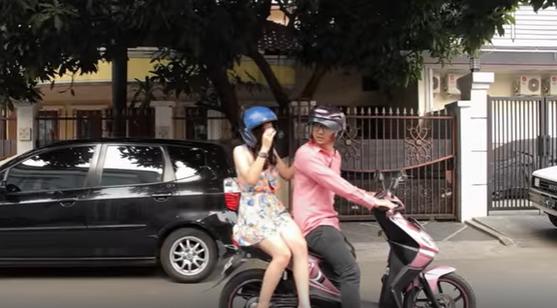 gambar pasangan selingkuh naik motor