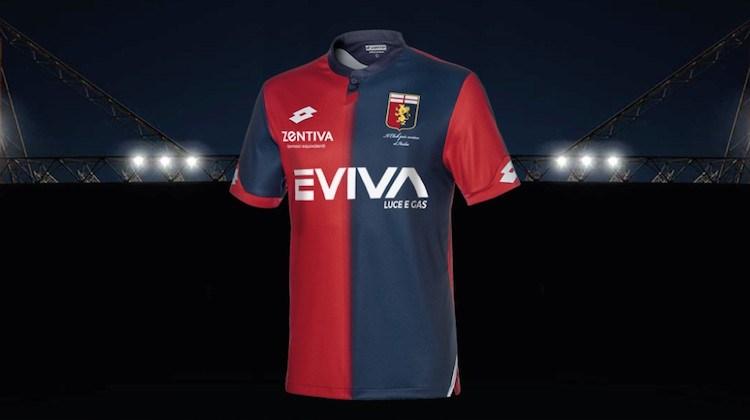 aea4ba23d MAGLIA AWAY GENOA – Come da tradizione, bianca con banda orizzontale rossa  e blu (anche in questo caso con effetto degradeé). Il logo del club appare  non in ...