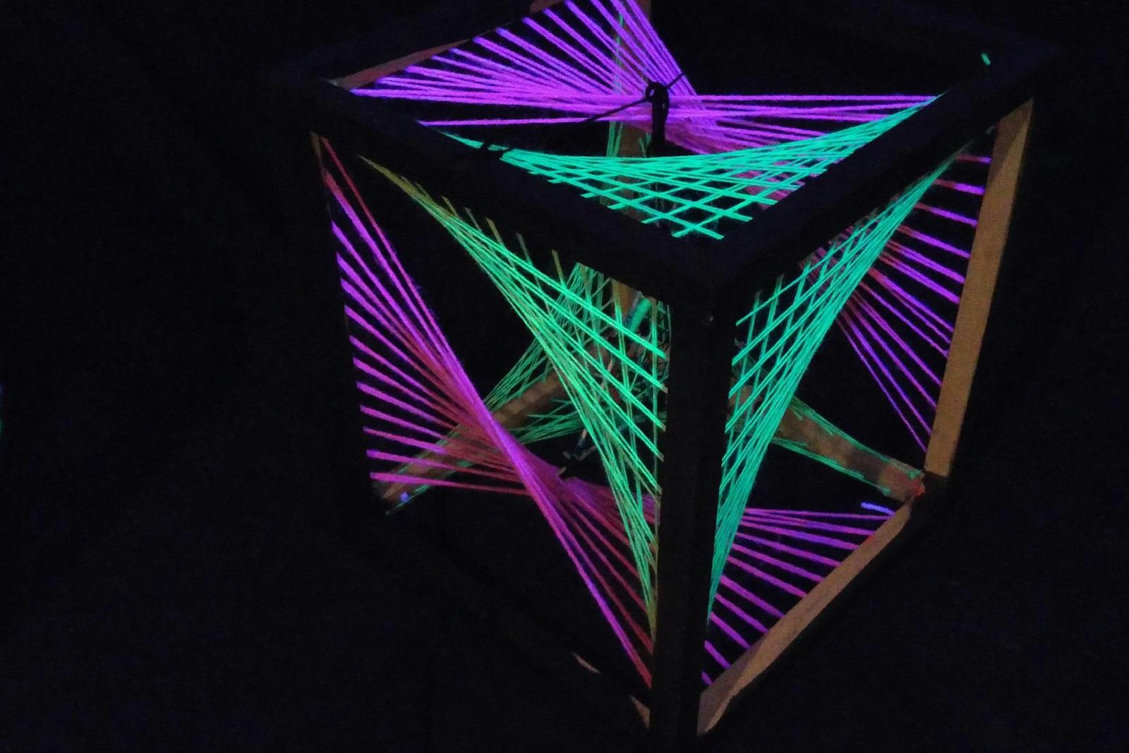 uv-aktiivininen string art