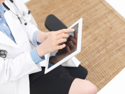 Medical professional using a medical resource on her ipad