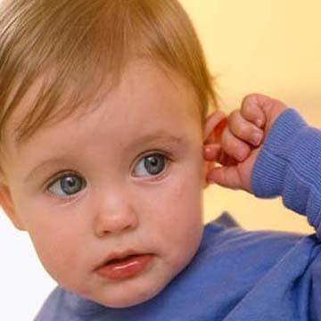 تكرار ملامسة الطفل لاذنيه دليل على وجود التهاب أو آلام متكررة