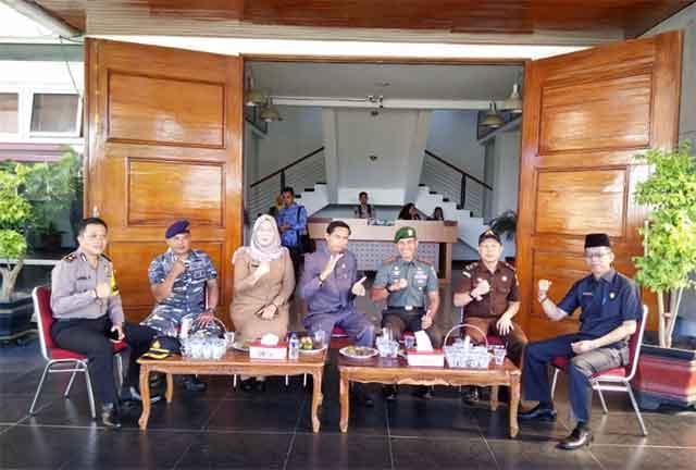 ... Kaur menggelar acara memperingati Hari Pahlawan 10 November bersama  Muspida Kaur yang dilaksanakan di halaman kantor Pemkab Kaur pada 62e9a345b9