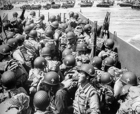 Elementos del 327 de Planeadores de la 101, desembarcando en Normandía