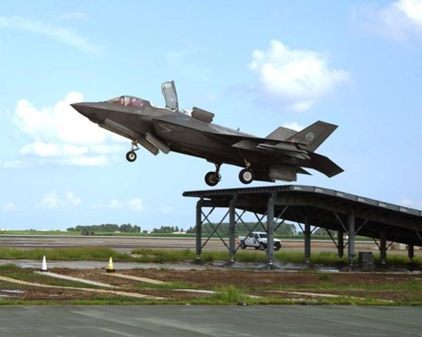 F_35_B_replica_ski_jump_Navy_3_QUEENELIZABETH