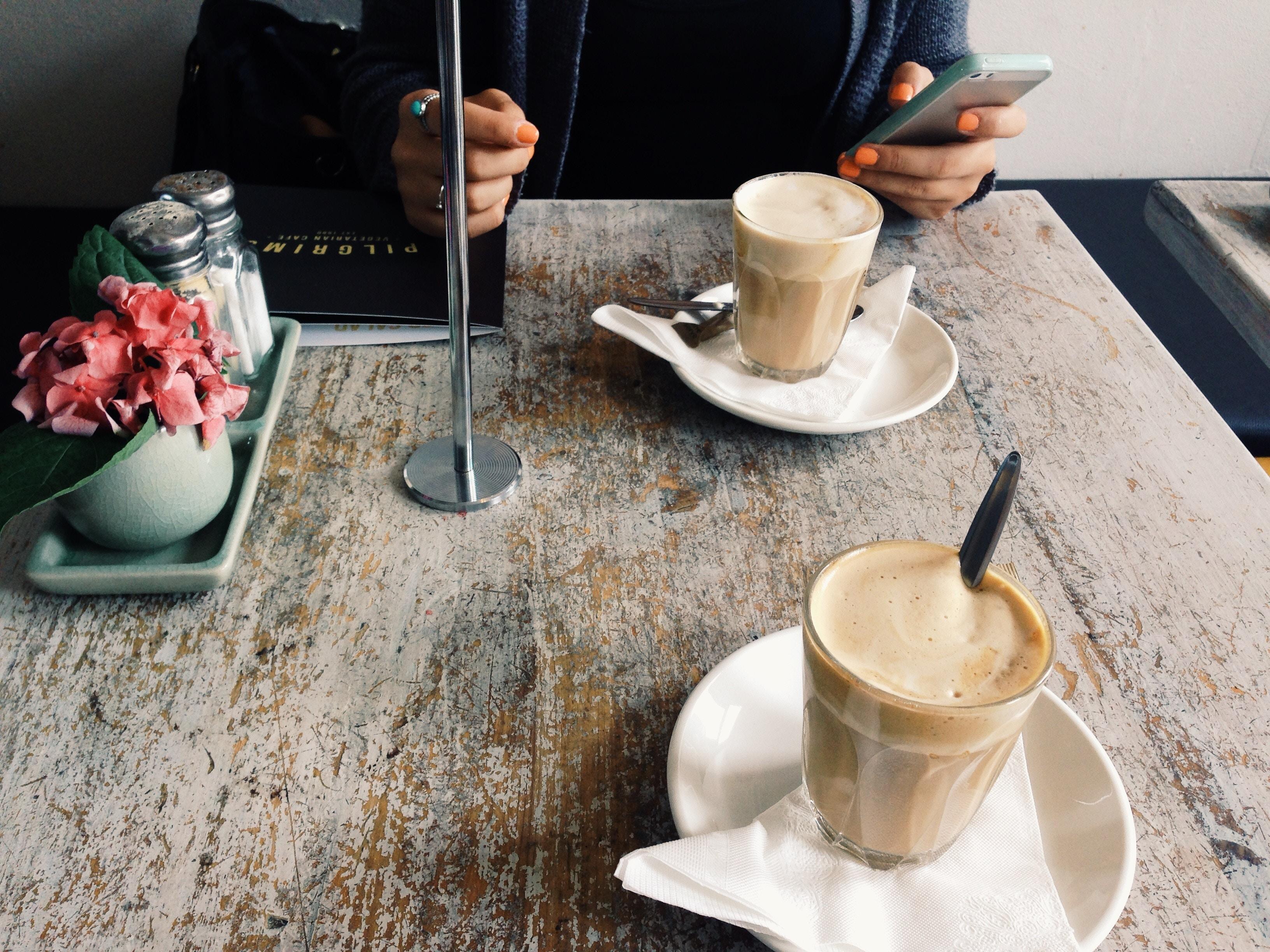 czy biała kawa tuczy, kawa latte cappuccino, mleko w kawie