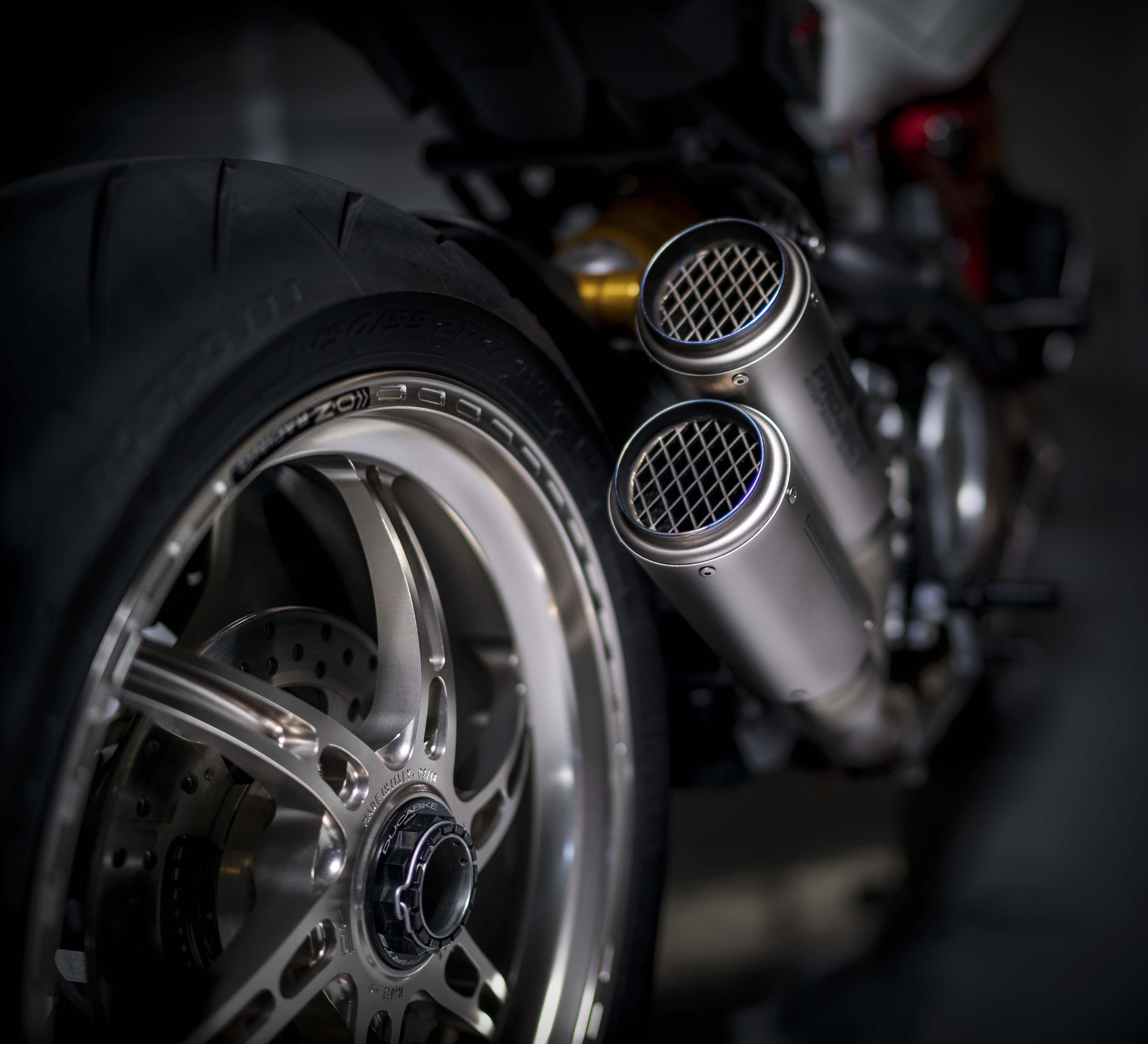 Ducati-Monster-1200-Tricolore-Motovation-01