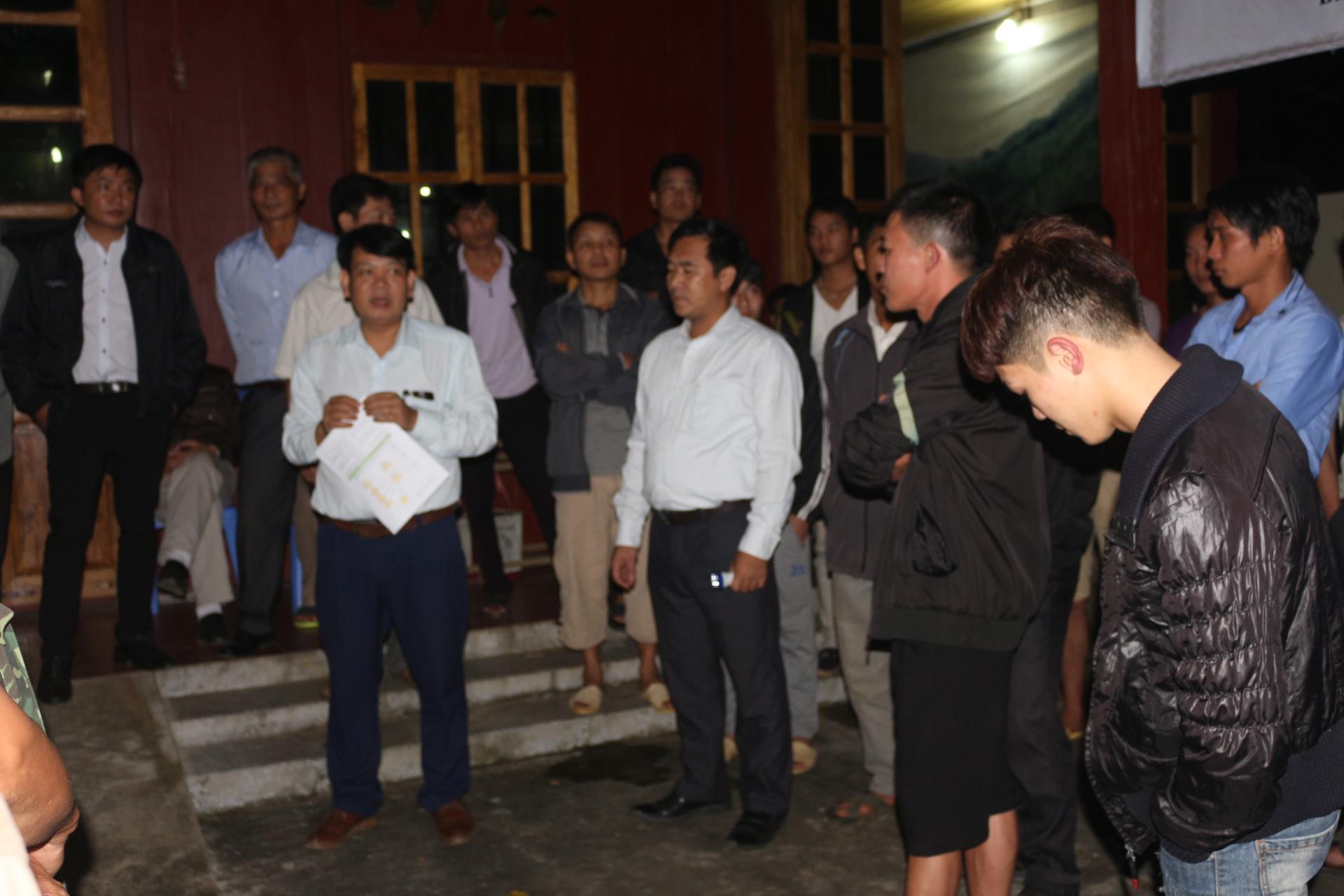 Ông Nguyễn Văn Hiểu trao đổi với các hộ trước khi nhận ong