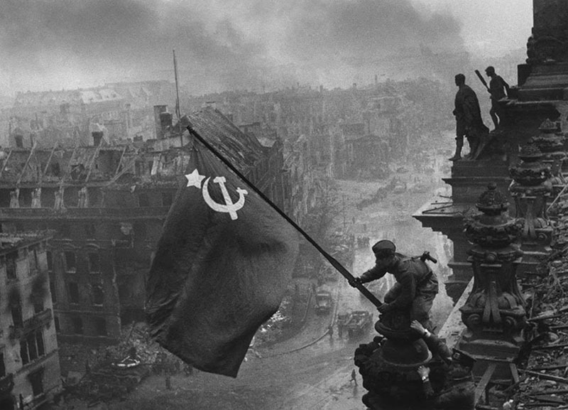 Soldiers_raising_the_Soviet_flag_over_th