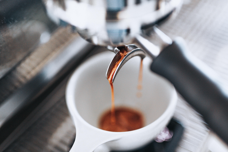 czarna kawa, espresso bardziej pobudza niż biała kawa, latte, cappuccino