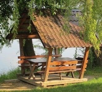 столики беседки на базі відпочинку неподалік Львова у селі Воля-Гомулецька
