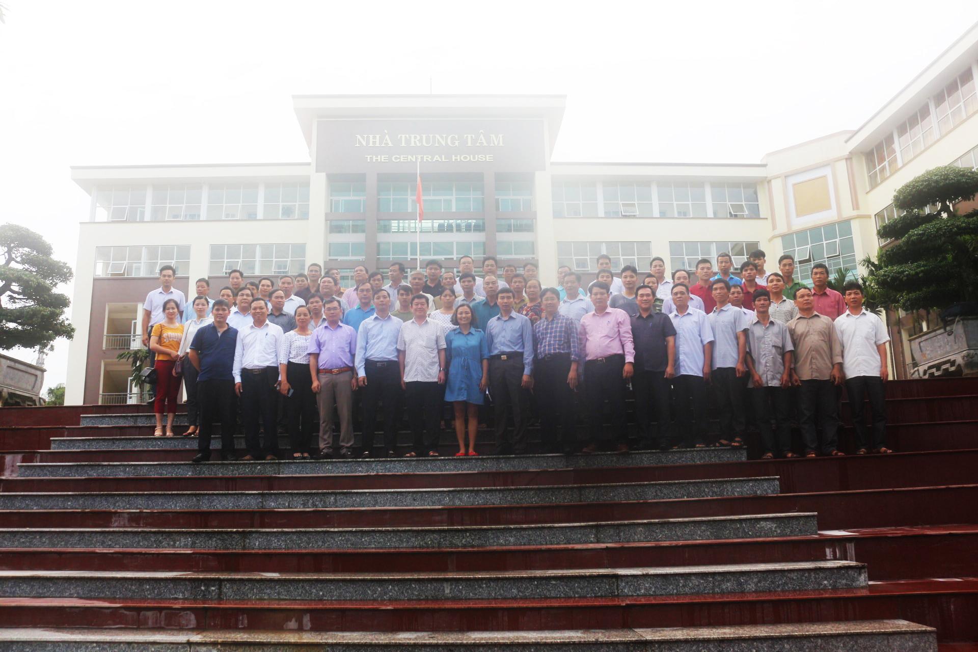 Các đại biểu và các hộ nông dân thuộc dự án Ong Ba Bể chụp ảnh trước tòa Nhà Trung tâm - ĐH Nông lâm