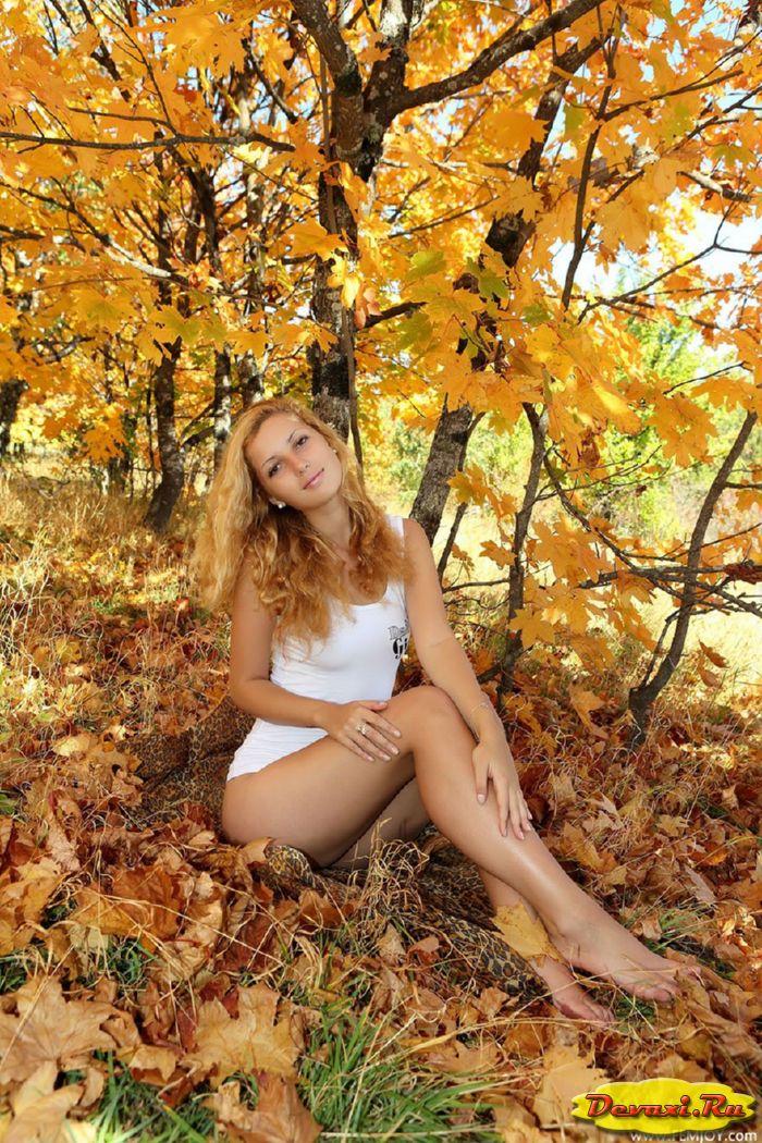 голые девушки в осеннем лесу