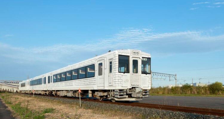 Akato - Menikmati Santapan Lezat di Atas Kereta Berjalan