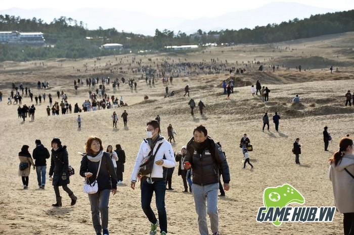 Choáng ngợp trước hình ảnh game thủ Pokemon GO đông như kiến ở Nhật - ảnh 1