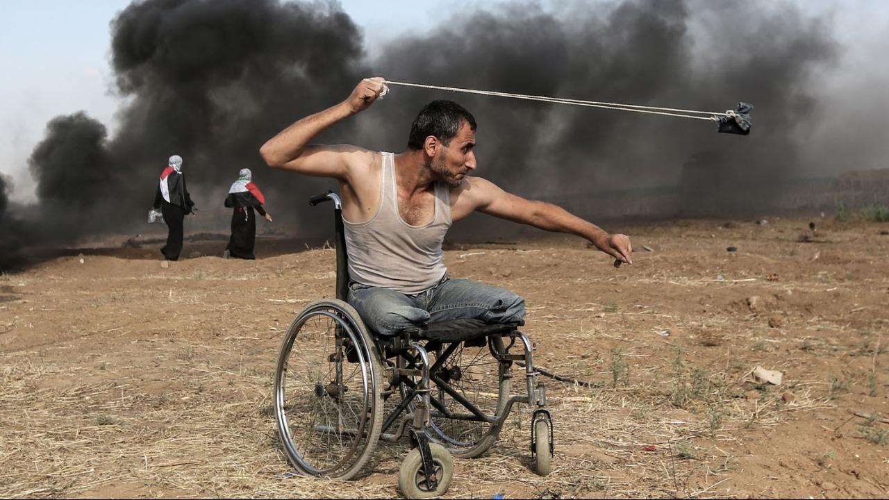 Su nombre es... con su honda detrás de la franja de Gaza