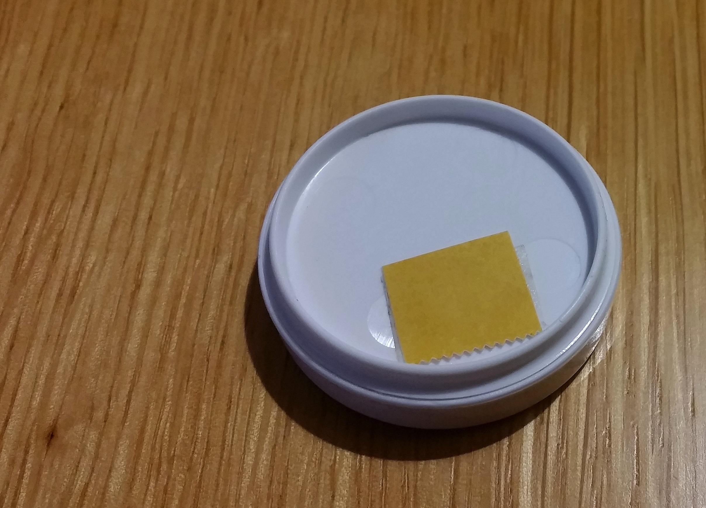 BluCon přilepte pomocí kousku oboustanné lepicí pásky