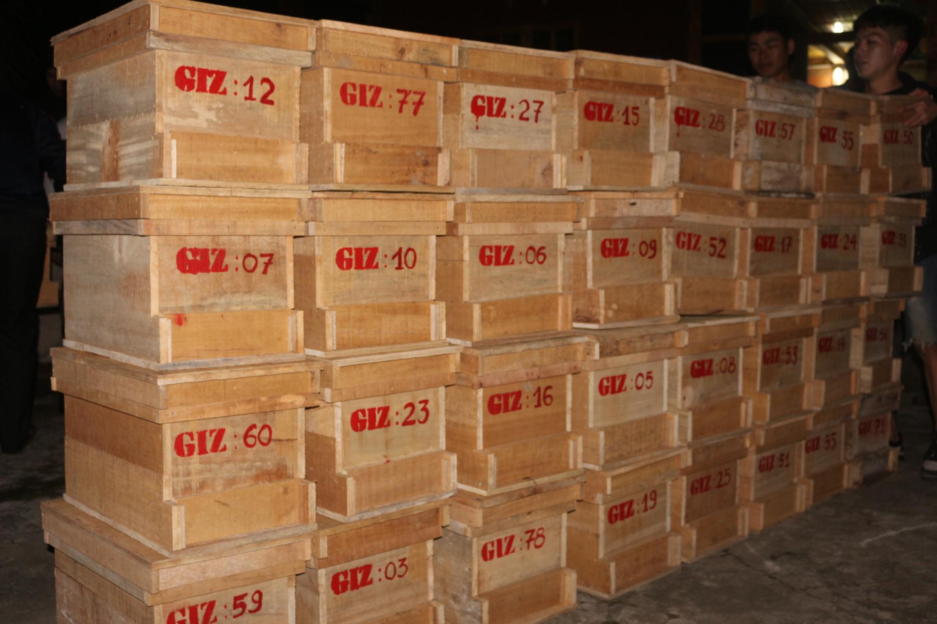 111 thùng ong được giao đến 44 hộ nuôi ong