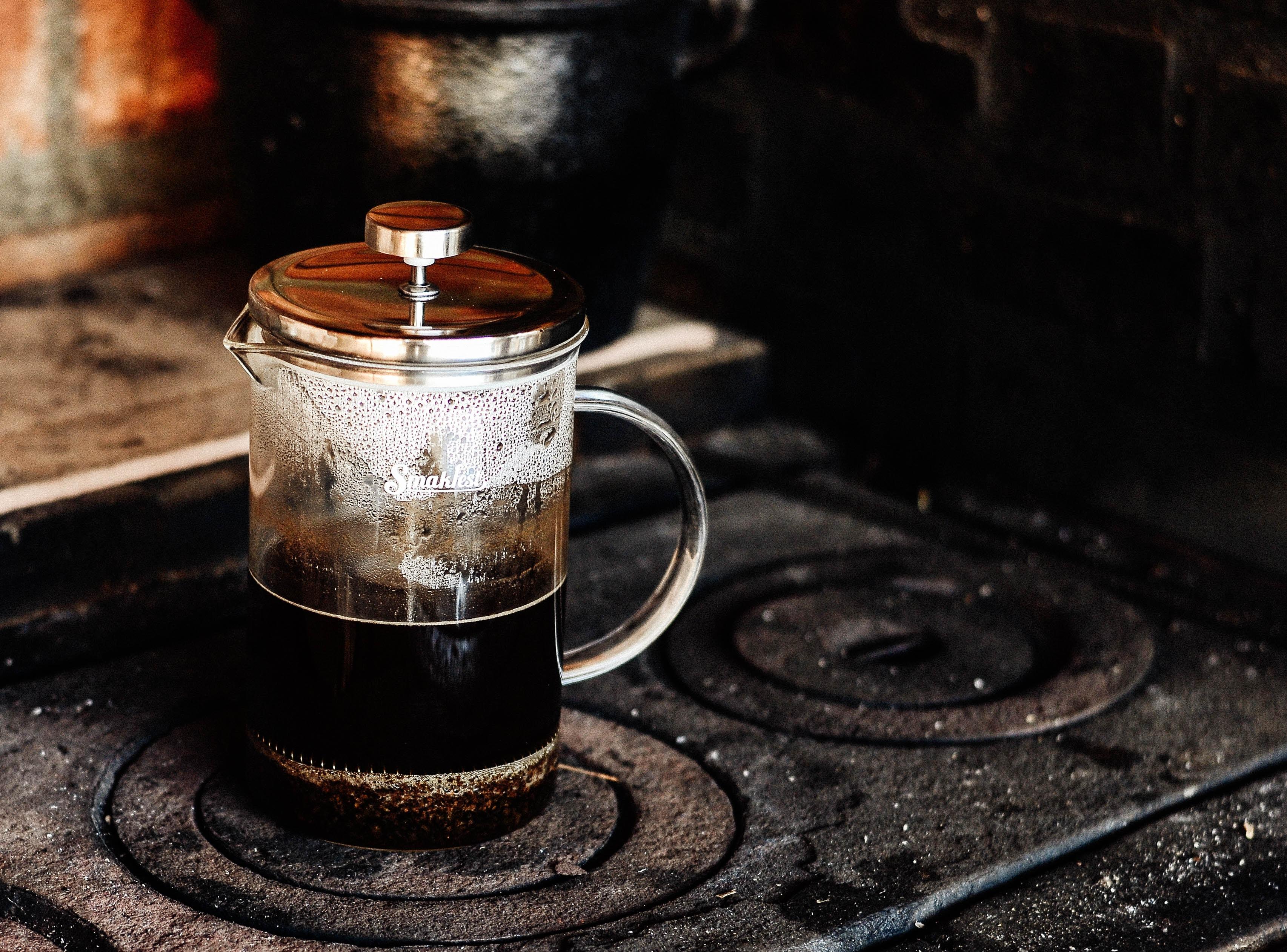 parzenie kawy we francuskiej prasce