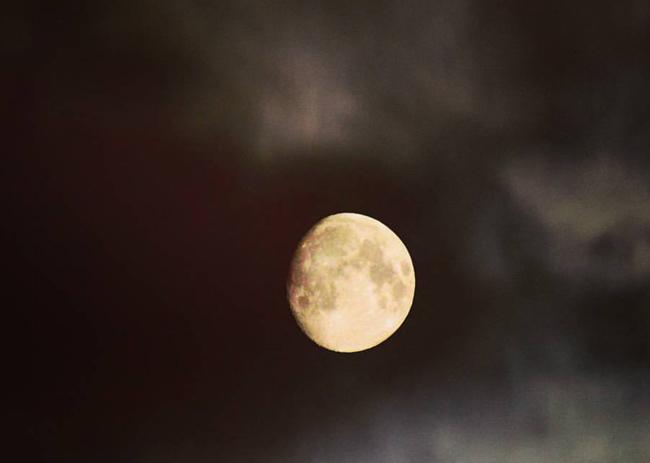 https://image.ibb.co/haanba/Moon.jpg