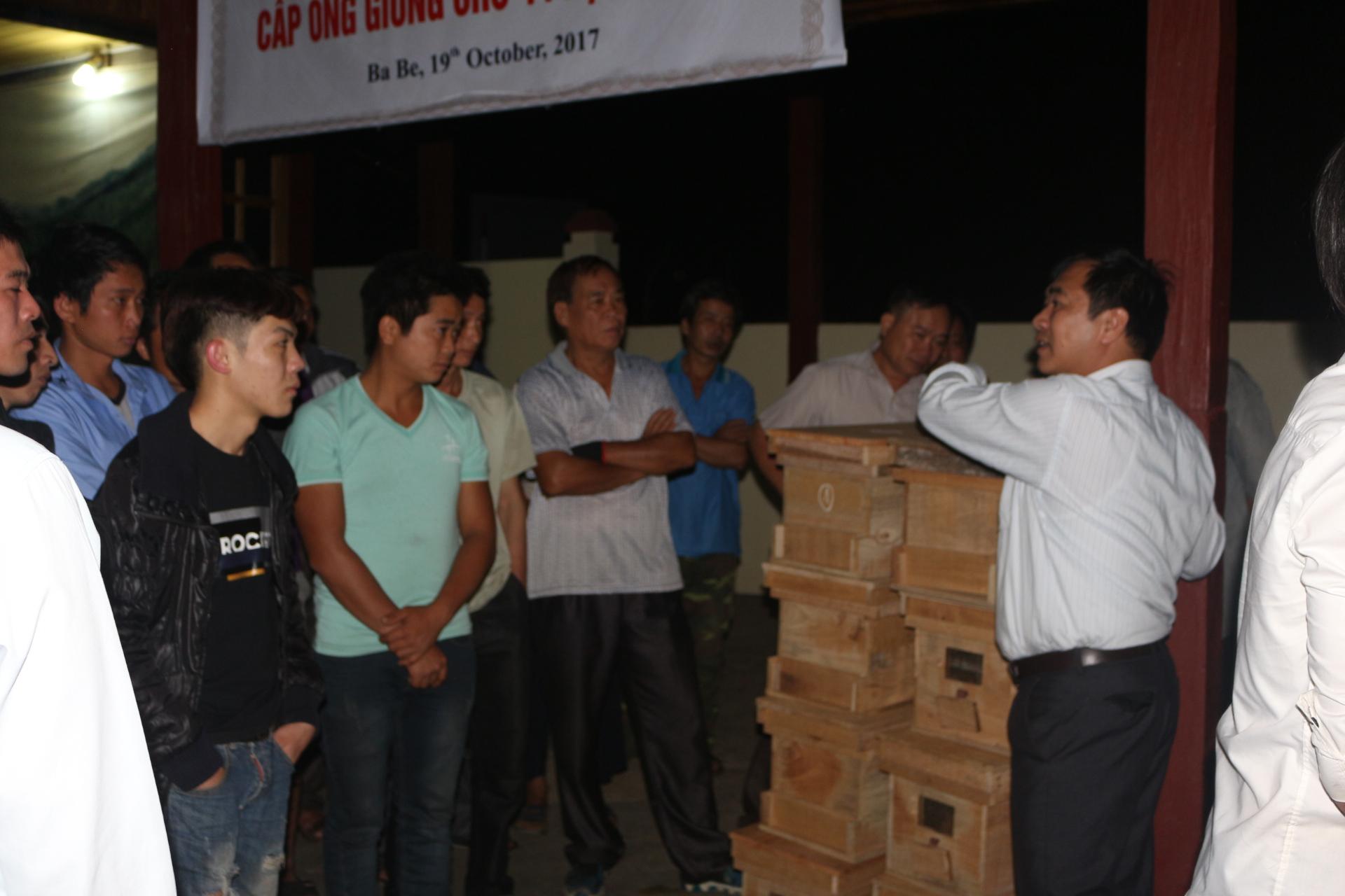 TS Phùng Đức Hoàn căn dặn các hộ nuôi ong khi_mang ong về các gia đình