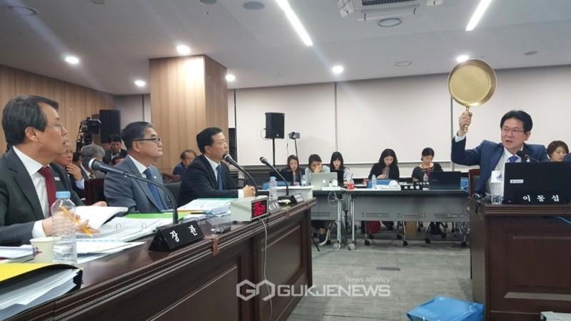 Chính trị gia Hàn Quốc dùng chảo để thuyết trình về PUBG