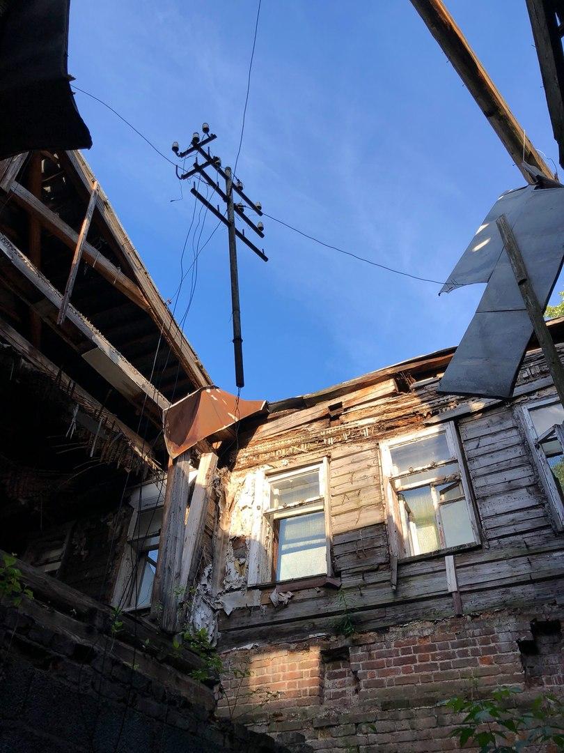 Полуразрушенный дом на Большом Дровяном переулке