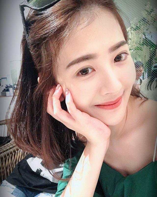 氣質女神Flora_Gu_古承頤_美髮店短裙自拍美到店員都忍不住偷瞄
