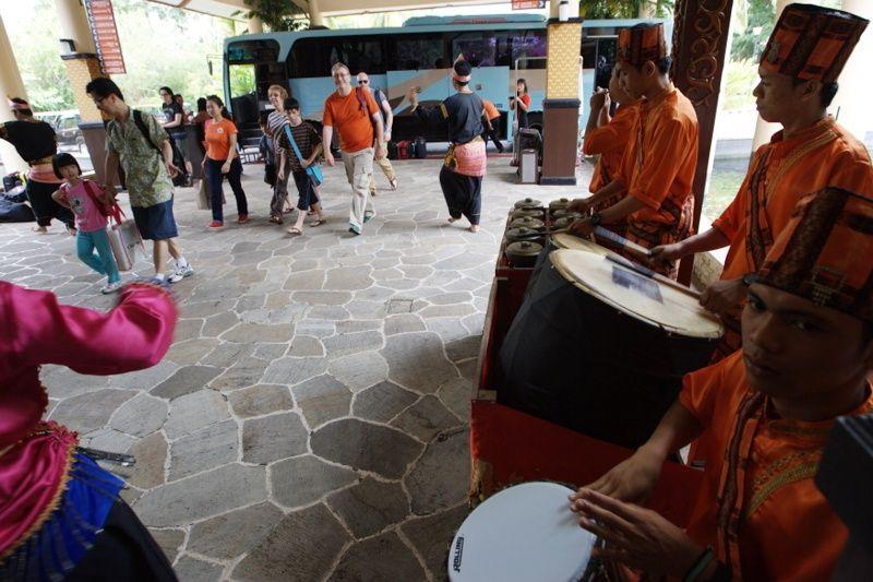 Penyambutan wisatawan asing di salah satu resort yang ada di Lagoi, Bintan beberapa waktu lalu. Kepala Dinas Pariwisata Kepri, Buralimar memastikan teror</p> </article> </div> <div> <article class=