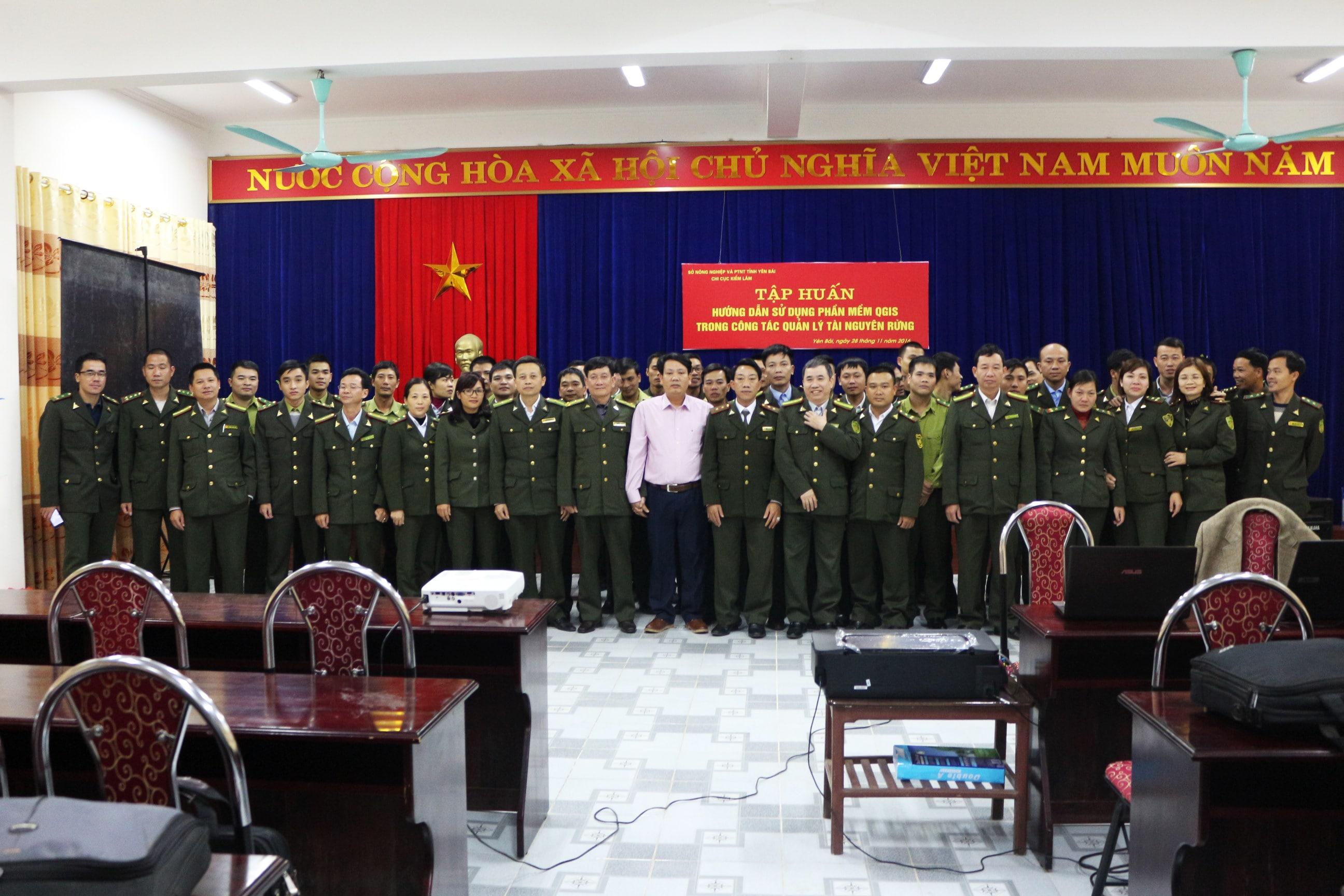 Chụp ảnh lưu niệm với lãnh đạo và các cán bộ kiểm lâm tỉnh Yên Bái