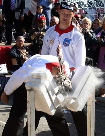 Pesilat Merpati Putih sedang mematahkan tumpukan beton dengan kepalanya