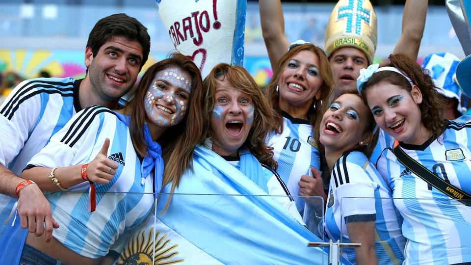 argentina_fans_enjoy_the_atmosphere_19108