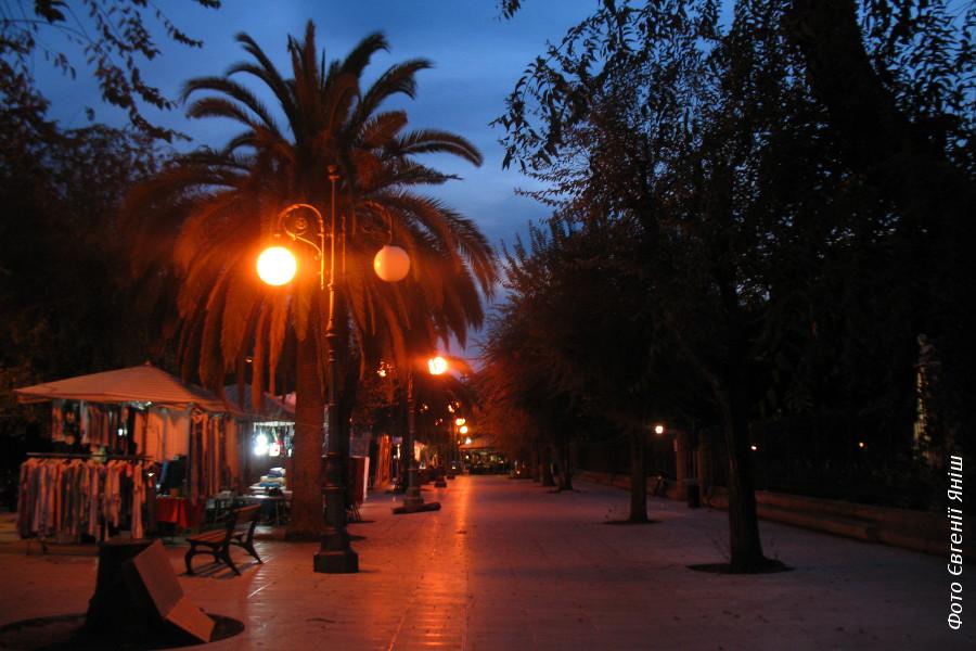 Вечір в Альгеро. Пальми — місце вечірнього збору сірих ворон!